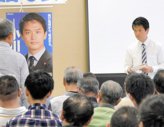 国政報告会の参加者の質問に耳を傾ける小川淳也氏(右)=高松市で2017年10月7日、服部陽撮影