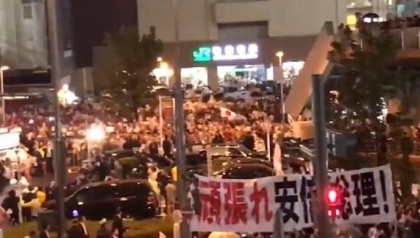 21日、秋葉原に集まった自民党支持者たち【秋葉原】パヨクの安倍首相演説妨害をTBSが密着偏向取材、一般人に逆に取材され「なんも言えねぇ」
