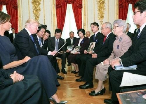 横田めぐみさんの母早紀江さん(右から2人目)ら拉致被害者の家族と面会するトランプ米大統領(左から2人目)=東京都港区の迎賓館で2017年11月6日、首相官邸のツイッターより