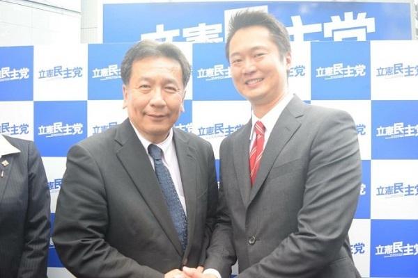 大阪13区で民進の公認を得ていた元NHKディレクターの新人、姜(かん)英紀氏の東大阪市の事務所には8日午前、待ちに待った複数の段ボール箱が届いた。 陣営スタッフは慌ただしく箱を開封。姜氏の写真と立憲民