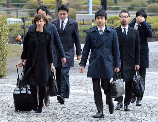 GPS捜査訴訟の上告審判決に臨む亀石倫子弁護士ら弁護団=15日午後、東京都千代田区の最高裁判所(伴龍二撮影)