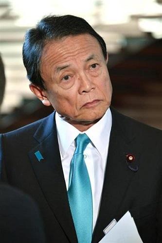 閣議を終え、会見する麻生太郎副総理兼財務相=24日午前、首相官邸(斎藤良雄撮影)