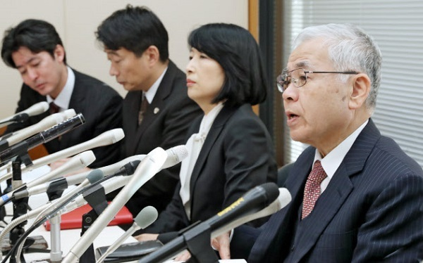 NHK受信料訴訟の最高裁判決後、記者会見する高池弁護士(右)ら被告側の代理人(6日午後、東京都千代田区)日経新聞