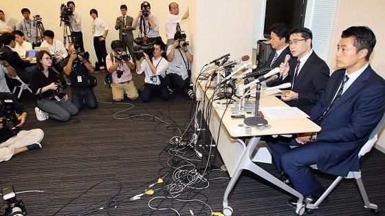 10月3日、第1次公認候補192人を発表会見する(左から)玄葉光一郎氏、若狭勝氏、細野豪志氏(写真:日刊現代/アフロ)