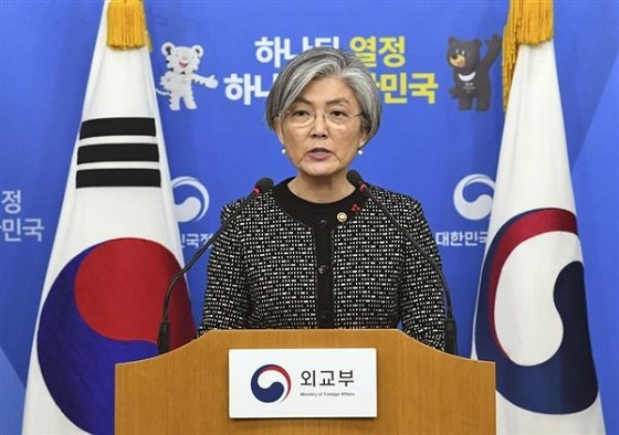 日韓慰安婦合意を検証した報告書について記者会見する韓国の康京和外相=27日、ソウル(共同)