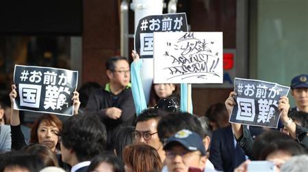安倍晋三首相に反対するプラカード=7日、千葉県柏市(春名中撮影)