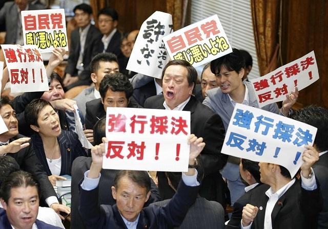 岡山4区から出馬予定の民進党・柚木道義氏は、おととしの安保関連法案の採決の際に、『強行採決反対』のプラカードを掲げて委員長席を取り囲んでいた。