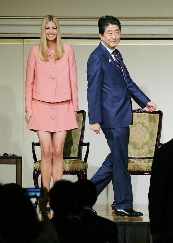 国際シンポジウムの関連行事に出席したイバンカ米大統領補佐官と安倍首相=3日午前、東京都内のホテル(代表撮影)