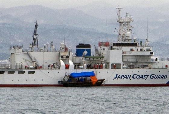 北海道・函館湾で海上保安庁の立ち入り検査を受ける北朝鮮の木造船(中央)=3日午前(第一管区海上保安本部提供)