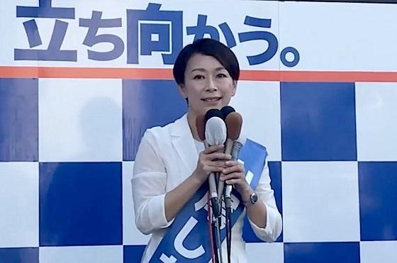 山尾氏、白スーツで第一声「恥ずかしいことはしていない」一騎打ちの自民・鈴木氏は不倫触れず