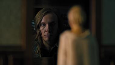 『ヘレディタリー/継承』 アニー(トニ・コレット)はドールハウスのなかの人物を見守る。