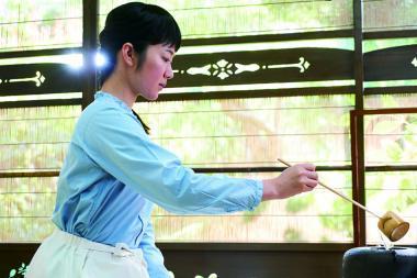 『日日是好日』 典子(黒木華)は茶道を習う。窓の外の自然が美しく描かれている。