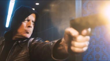 『デス・ウィッシュ』 顔バレすると困るからフードを被ったまま仕事をする主人公。最初はつたなかった銃さばきもすぐに達人の域になってしまうのはブルース・ウィリスだからか。