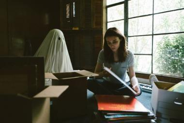 デヴィッド・ロウリー 『A GHOST STORY/ア・ゴースト・ストーリー』 ゴーストとなったC(ケイシー・アフレック?)はM(ルーニー・マーラ)を見守り続ける。