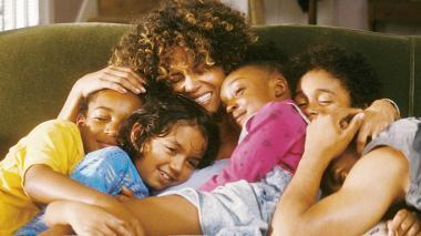 『マイ・サンシャイン』 ハル・ベリー演じるミリーは身寄りのない子供たちを育てている。