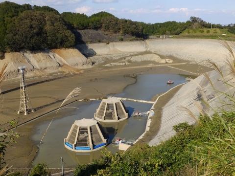 水が抜かれた城山湖