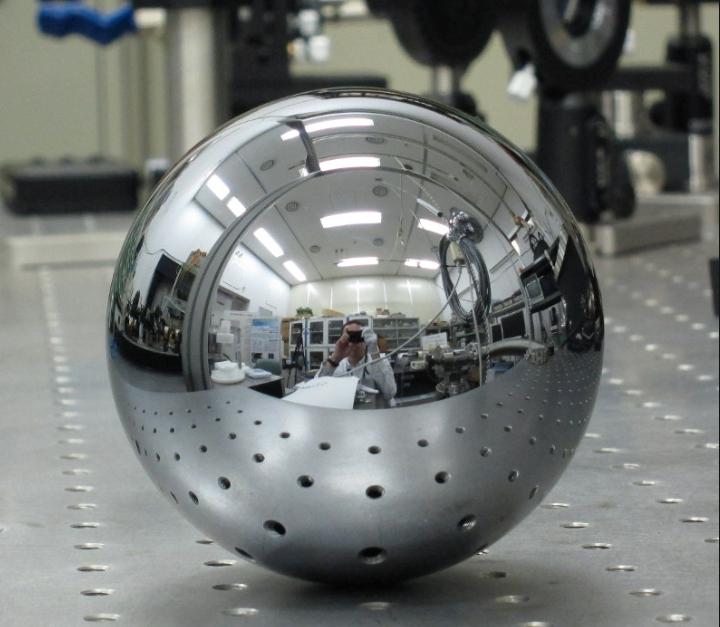 質量の新定義のために使用したケイ素球