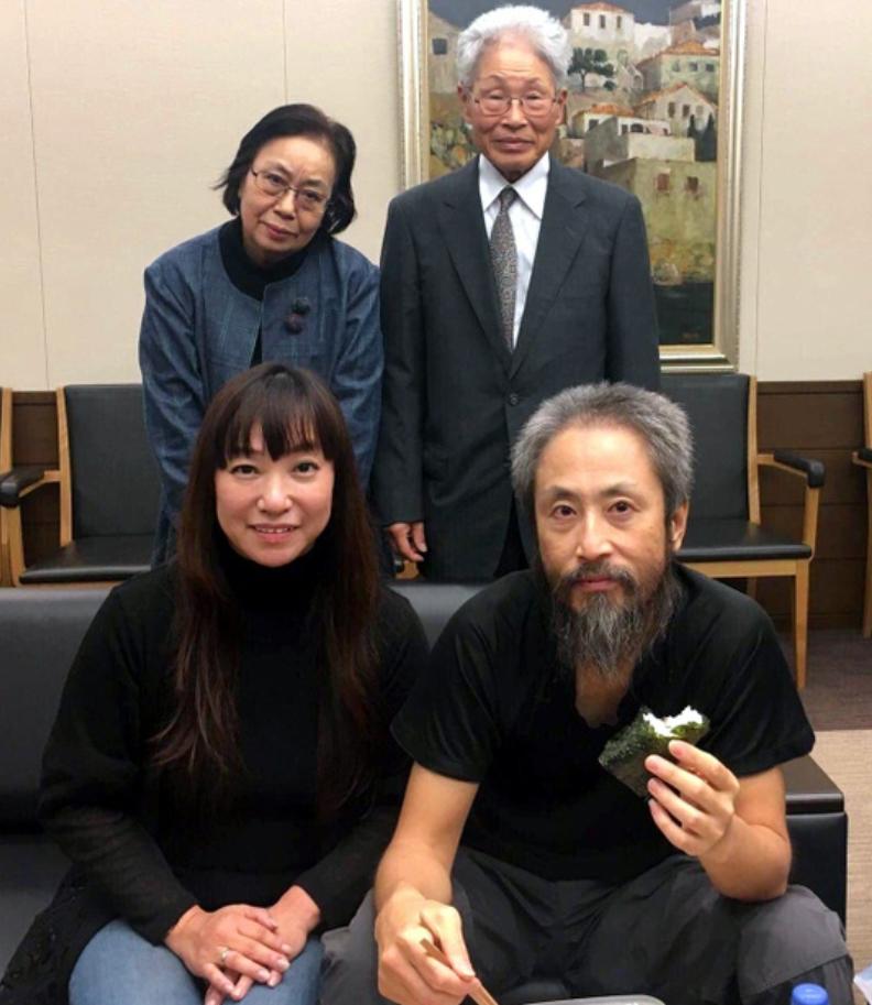 出迎えた妻や両親と再会を喜ぶ安田純平さん