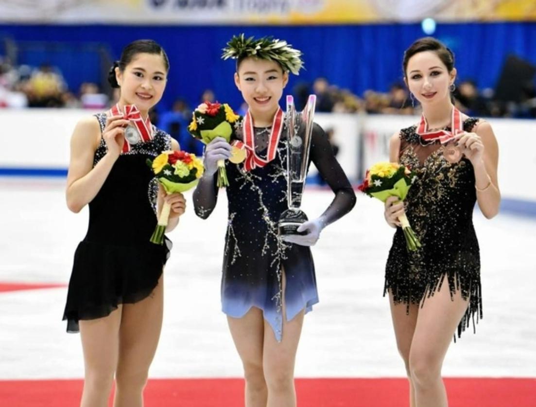 NHK杯で優勝し笑顔を見せる紀平梨花_写真中央