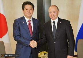 シンガポールで会談した安倍首相とプーチン大統領