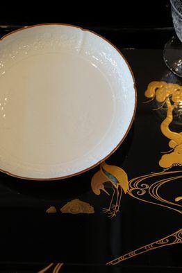 白磁陽刻六寸皿