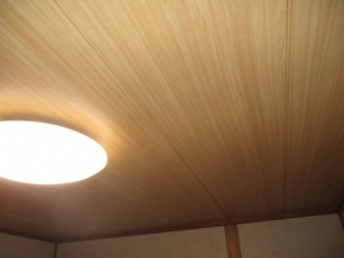 和室の天井に壁紙張り