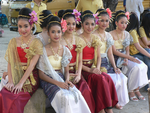 10_15025Thai_traditional_costumes.jpg