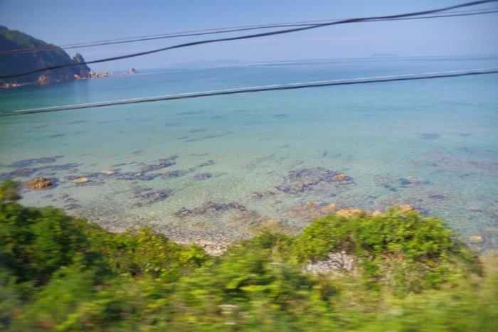 車窓から透きとおる海