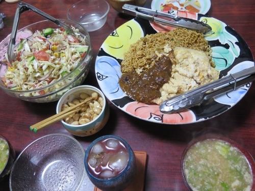 やきそばの炒り卵とカレー掛け、サラダ、カニカマとコーンの中華スープ