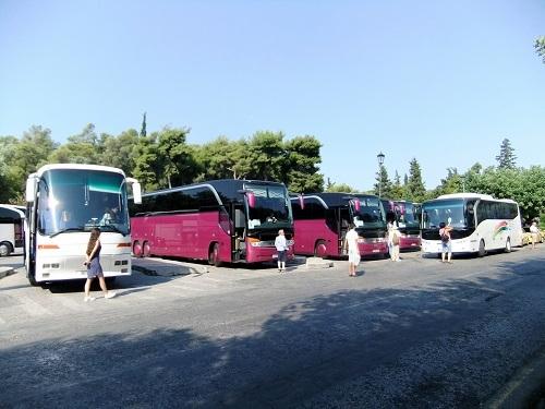 観光バスでいっぱい