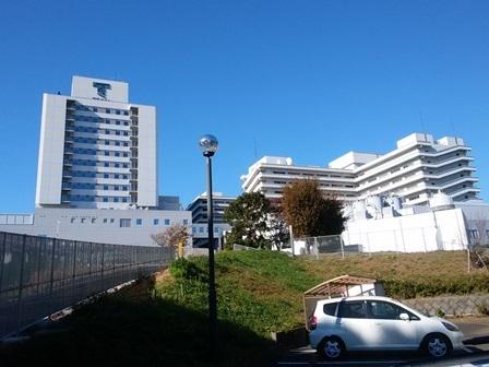 かもめのいえから見る東海大学附属病院✾空が真っ青です