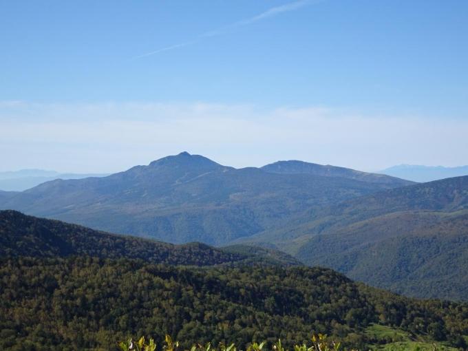 四阿山と右後ろに根子岳
