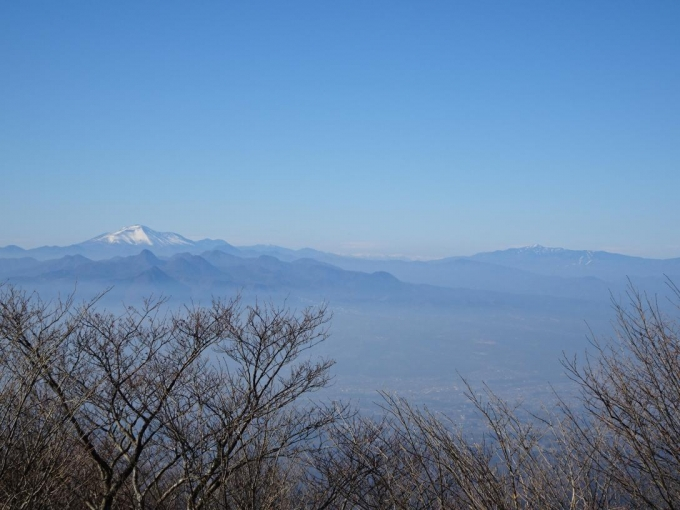 浅間山と四阿山の間に北アルプス
