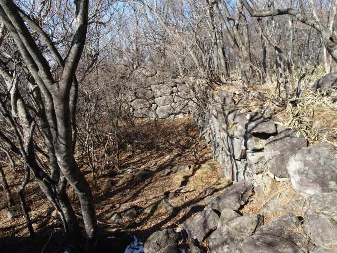 東側からみた石積み遺構