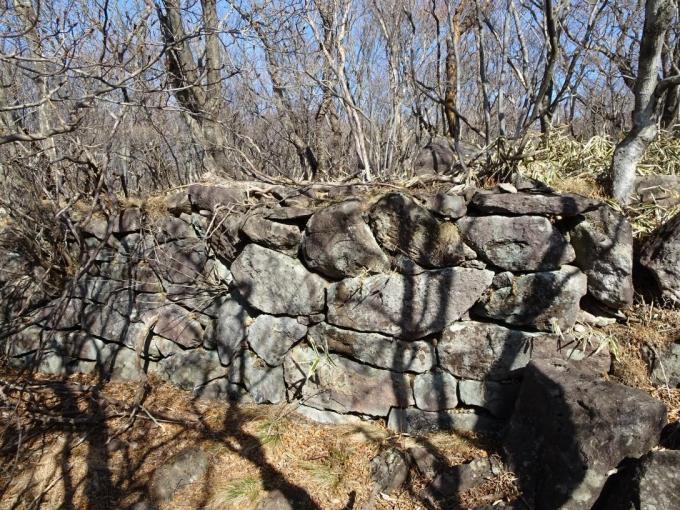 北側の石積み 後方に登山道