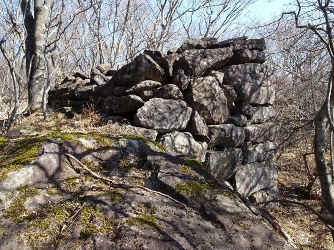 西側の石積みは自然の大岩を利用している