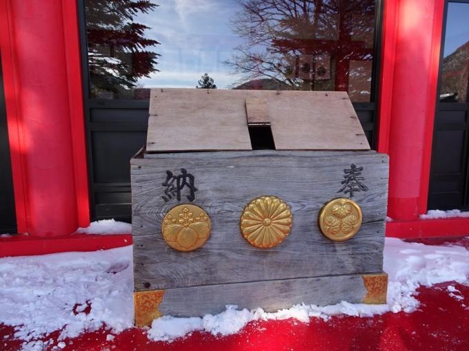 賽銭箱は雪よけ付き