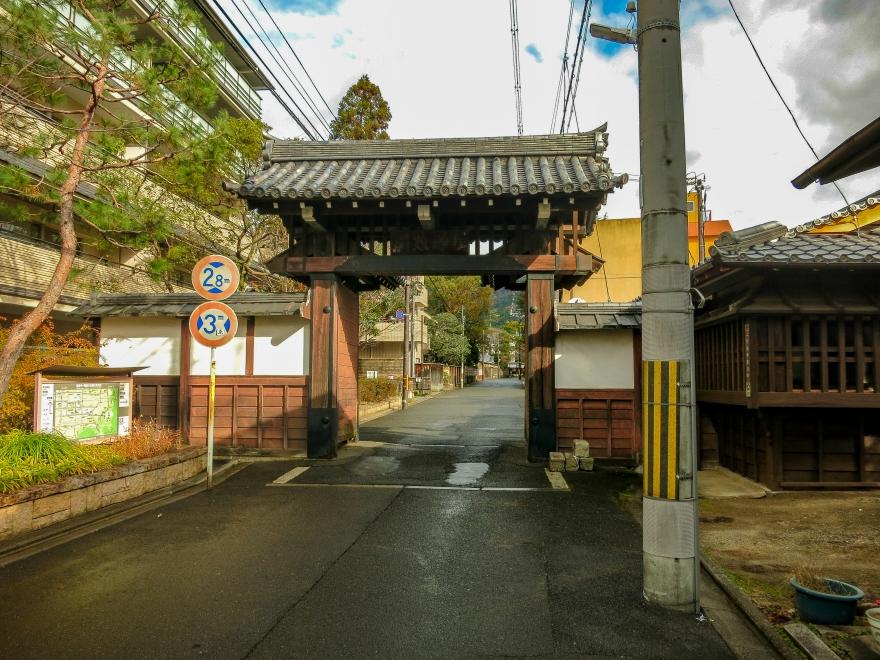 道路上の門
