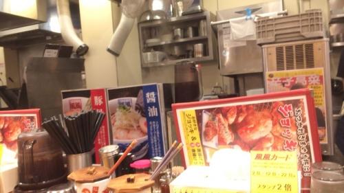 店内カウンターから見た厨房