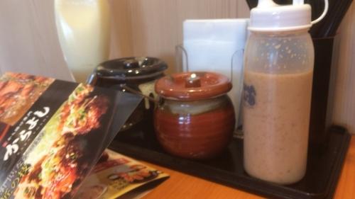 テーブルの大根と塩辛の壺!!食べて居る時は気づかなかったマヨネーズがボトルで有った!!