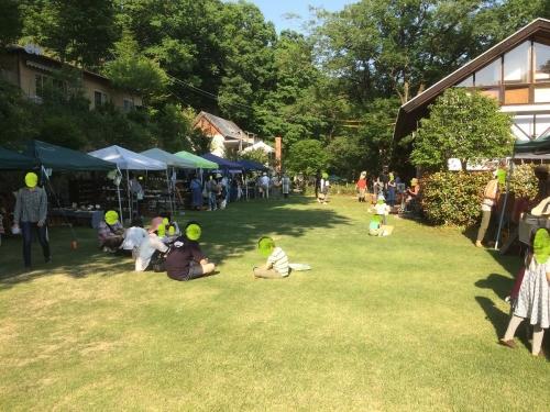 芝生の広場では楽しい生バンドの曲が流れ良い日だまりでありました。。