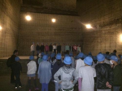 地下採掘場跡と小学生のコーラス