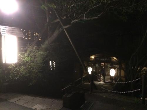 夜の大丸温泉旅館玄関