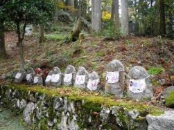 釈迦堂わきの石仏群
