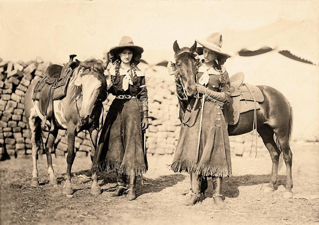 Cowgirls in the early 20th century (7)