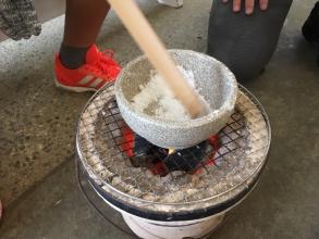 沖縄で冬のシーズンにやってこその体験アクティビティ!小学生がはまる沖縄アクティビティ「Gala青い海 塩づくり体験」♪