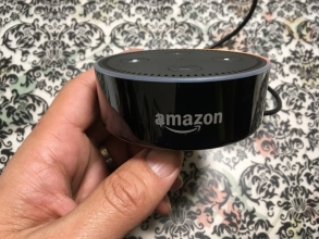 Amazon Echo Dotの「Alexa(アレクサ)」は、もう家族の一員♪ 人間の話相手になれるし、家族の音楽鑑賞生活に変化が起きそう!