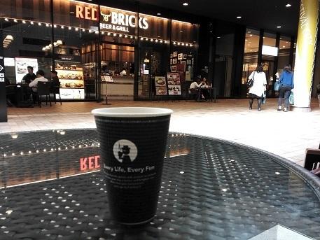 4 地下の通路でコーヒータイム
