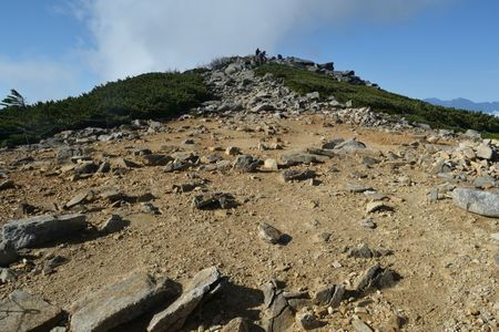 『36_100835山頂手前の岩場へ』
