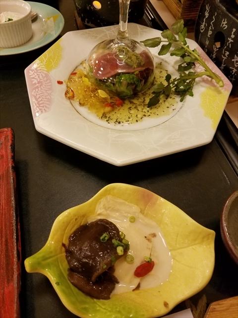 20171111_180238_R 手前が先付の網茸とろ湯葉和え、奥が洋皿の合鴨炙り焼きサラダ彩り野菜ジュレ